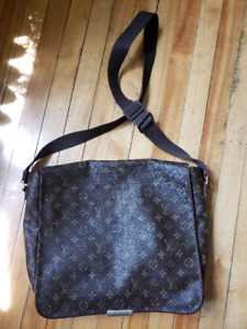 LOUIS VUITTON MEN MESSENGER BAG USED