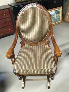 Chaise berçante sur place beige et vert