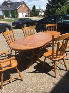Beautiful well kept Antique dining room Table and Chairs
