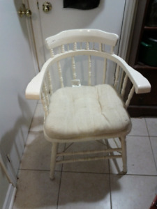 Sturdy Captain's chair, spooled supports