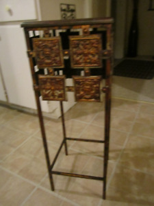 SMALL METAL/TIN/WOOD TABLE OR PLANT STAND