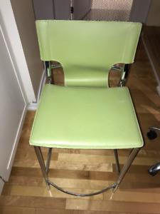 2 chaises, tabourets verts avec dossier