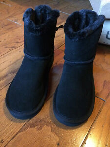 Size 8 Brand New Mini Bailey Bow UGG Boots Windsor Region Ontario image 4