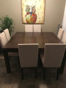 table carrée brune foncée de 60 pouces avec les 8 chaises .