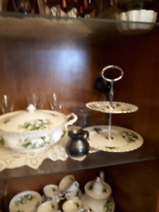 Royal albert Trillium pattern dinner ware