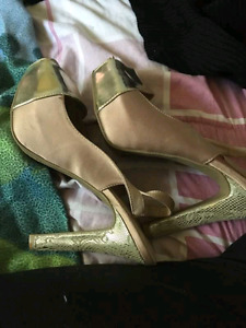 GOLD WOMANS SIZE 9 HIGHHEELS (NEVER WARN)