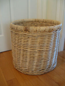 EXCEPTIONALLY LARGE VINTAGE COARSLY WOVEN ROUND HAMPER