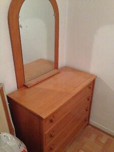 Beau commode a 4 tiroirs avec miroir