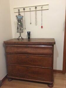 Beautiful vintage 3 drawer dresser