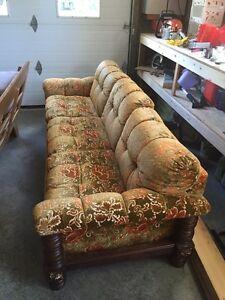 Vieux divan et fauteuil