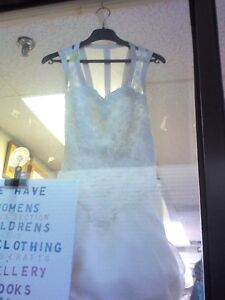 Wedding Dress in HEARTBEAT Thrift Store/BayView Mall Belleville Belleville Area image 2