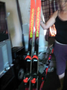 two pair of skis and a pair of ski boots