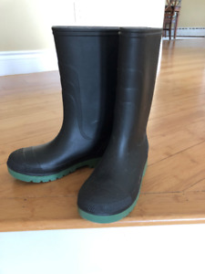 Size 4 Boys Rain Boots in Excellent Condition