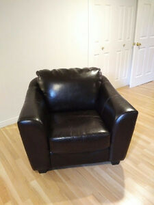 Leather armchair, used / fauteuil en cuir, usagé