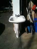 Pedestal skink and faucet free