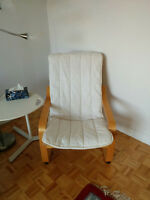 IKEA chair with small lamp table/ Chaise IKEA avec une petite ta