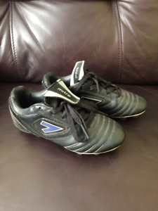 Size 1 Mitre Soccer Shoes (fits 5-7 yr old)