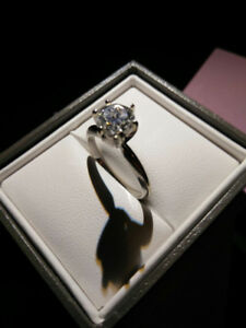 4K white gold lady's solitaire ring