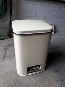 Garbage Can with foot pedal opener