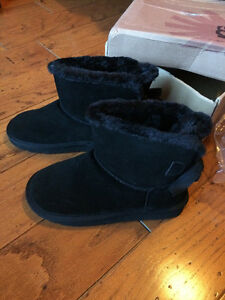 Size 8 Brand New Mini Bailey Bow UGG Boots Windsor Region Ontario image 3