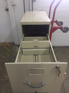 Filing Cabinet - 3 Large Drawers - Key Locking Edmonton Edmonton Area image 2