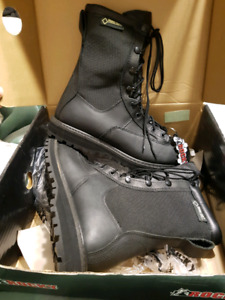 BRAND NEW GORE-TEX BOOTS MENS SIZE 8