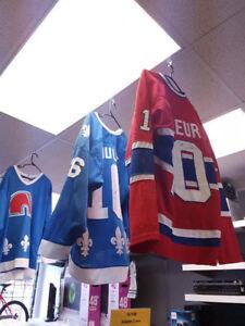 Plusieurs Chandails de Hockey signé avec Certificat Authentifié