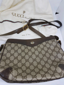 GUCCI CROSSBODY WITH DUSTBAG PAID $2000 SELLING CHEAP
