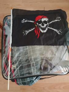 Douillette blanche noir et rouge et couvertures pirates