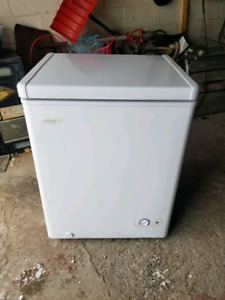 Small freezer in excellent condition. Livraison possible
