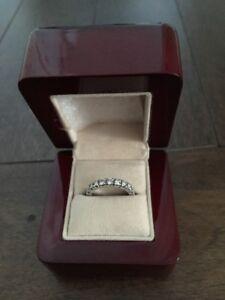 Jonc éternité en or blanc 14kt serti de 21 diamants