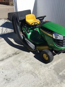 John Deere D100 - lawn tractor c/w rear bagger & pull cart