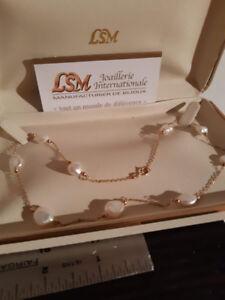 collier et boucle d'oreille en perle 10 k