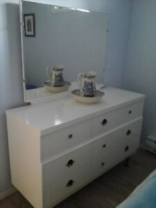 Bureau, commode et 2 tables de nuit