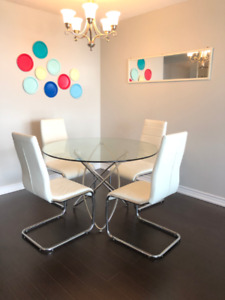 ***LIKE NEW*** Modern 4 Chair Dining Table