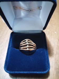 Ladies 10 karat yellow gold fancy ring
