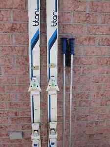 SKI ALPIN, Titan 190 mm. Fixations Salomon. 2x bâtons