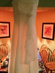 BEAUTIFUL OFF WHITE WEDDING DRESS sz 6 Sarnia Sarnia Area image 6