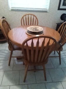 Very nice dining room table and chairs...