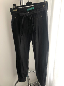 Grey jean pants with puffed bottoms and belt / Size M