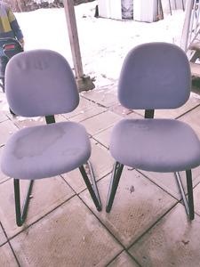 Cinq chaises grises
