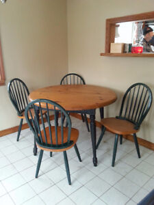 Solid wood table, 4 chairs and 2 leaves