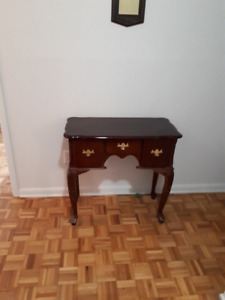 HALL TABLE WITH ADDITIONAL TIFFANY LAMP AND WALL MIRROR