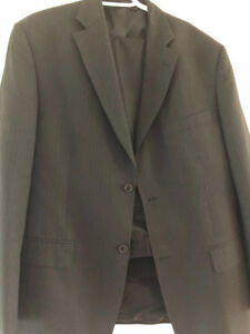 Haggar Gray Pin-Stripe Men's Suit (Jacket size 42R, pants 36x32)