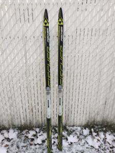 skis de fond Fisher, bottes Atomic et bâtons. Tout comme neufs!