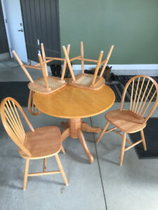 """36"""" ROUND TABLE AND CHAIRS"""