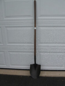 STRONG RUGGED QUALITY EARTH SHOVEL / EXCELLENT HARDWOOD HANDLE