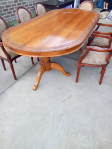 Gorgeous huge table and 6 dinning chairs