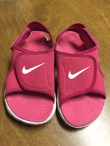 Size 1 Youth NIKE Adjust Sunray Sandals for Girls.