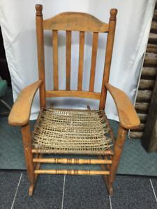 chaise berçante en bois et cordes
